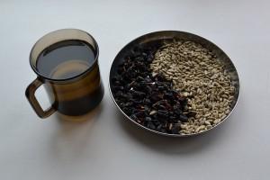 чай и изюм с семечками