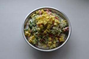 салат из овощей с кусочками домашнего сыра