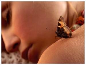 девушка спит и бабочка