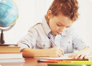 мальчик пишущий